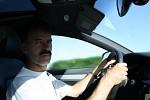 Táta při jízdě v Audi