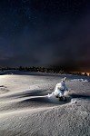 Brzdná dráha po nočním přistání malého smrčku ve sněžné poušti.