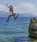 Nina skáče do vody