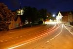 Noční jízda mezi kostelem a hospodou