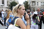 Dívka s telefonem a slunečními brýlemi
