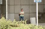 dívka čekající na chlapce