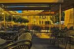 Večerní odpočinek rušné kavárny ....