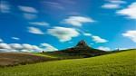 Na skale stojí hrad, stáročia vetrom bičovaný