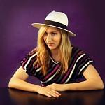 Maggie v klobouku