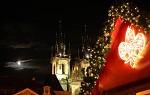 Měsíc v úplňku a vánoční Praha