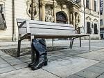 Zátiší s lavičkou a osamělými botami