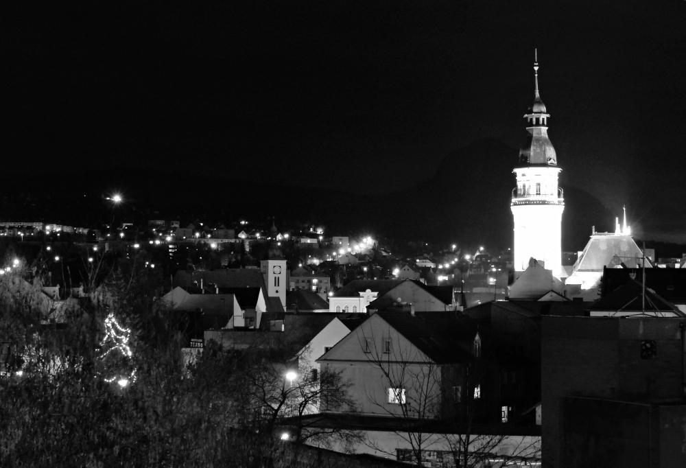 večerní  Bílina s horou Bořeň v pozadí