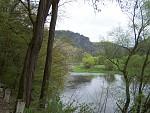 Čertova skála od řeky
