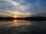 Západ slnka nad priehradou