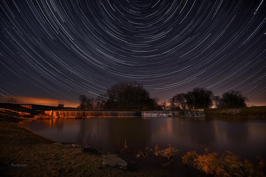 Hvězdné dráhy u splavu