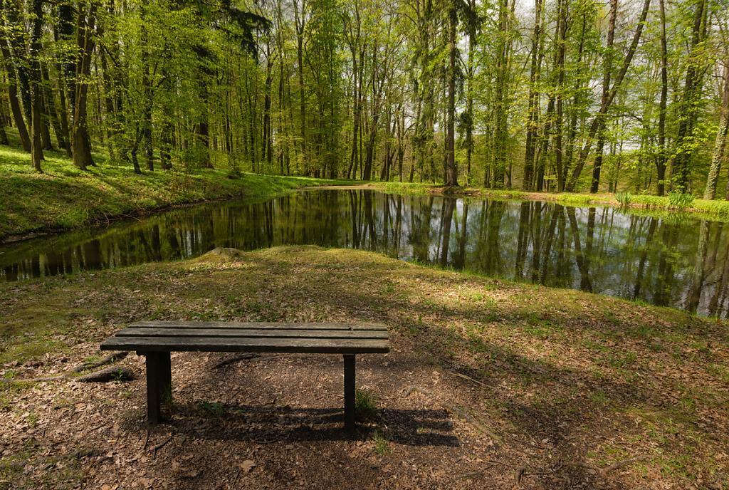 lavička kousek od zámku Hluboká